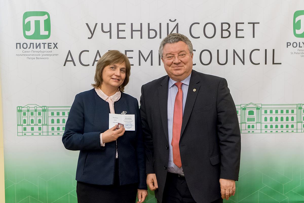 Поздравляем с присвоением звания «Почетный работник сферы образования Российской Федерации»